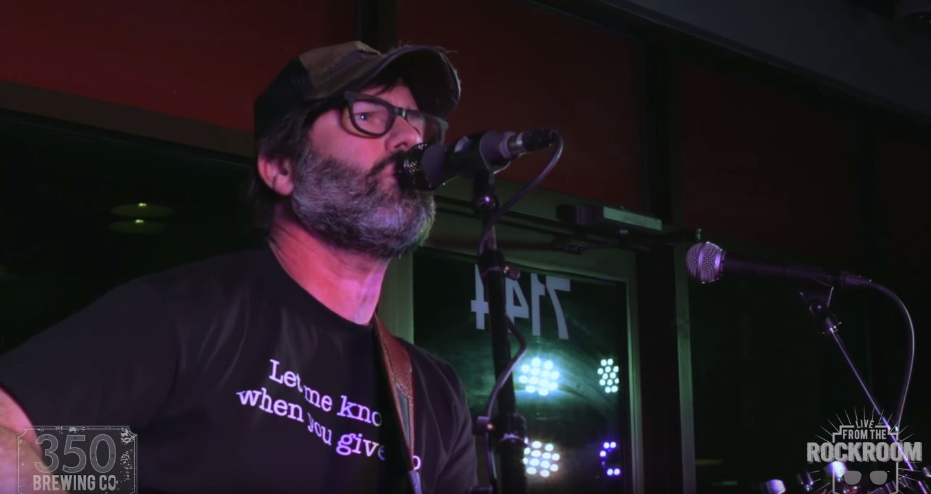"Vídeo: Joey Cape (Lagwagon) acústico no ""350 Brewing Company"""