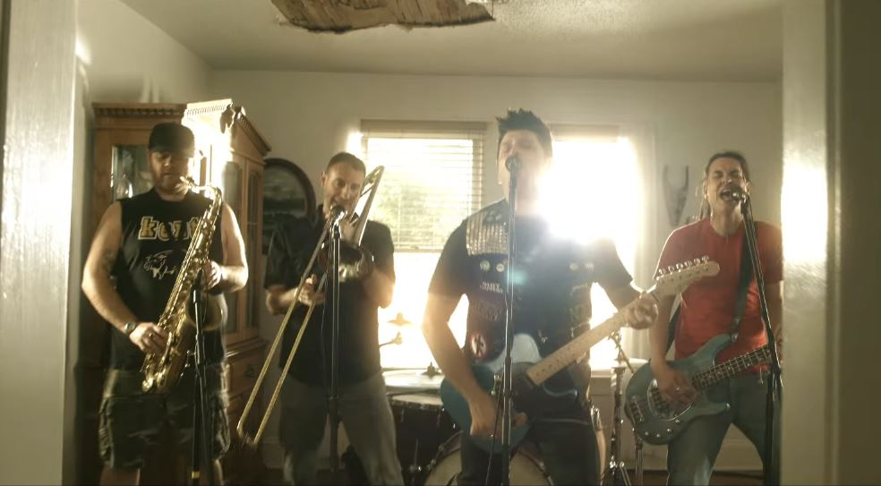 "Less Than Jake lança clipe da inédita ""Bomb Drop"""